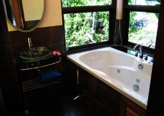 SPLENDID BATHROOM WITH COSY BATH TUB